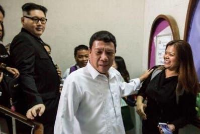 El imitador del presidente Duterte fue a una iglesia.