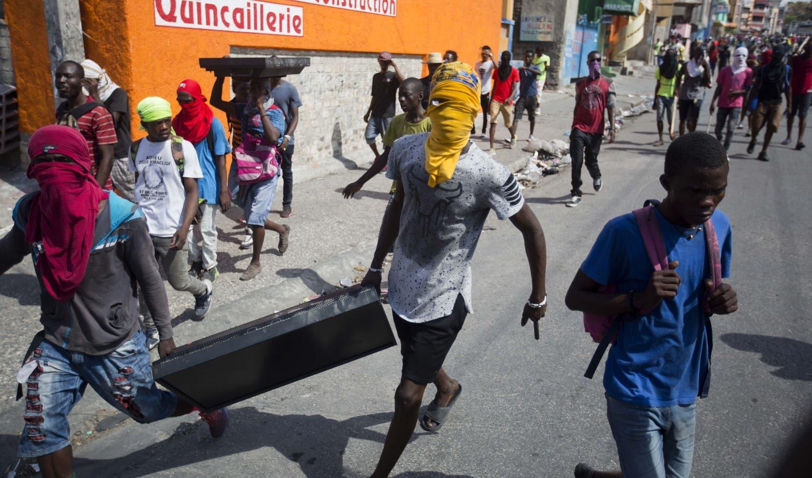 El escenario de las protestas le sirve al empobrecido pueblo para arrasar con  negocios de comida y supermercados del país.