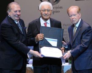 Eduardo Selman y José Luis Corripio Estrada entregan reconocimiento.