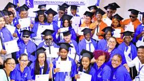 Los graduandos en el área de rehabilitación y masajes del Patronato Nacional de Ciegos.