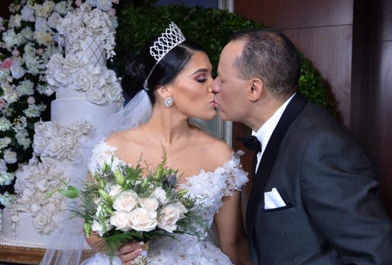 Dianabell Gómez y Franklin Mirabal sellan su amor con un beso, después de la ceremonia.