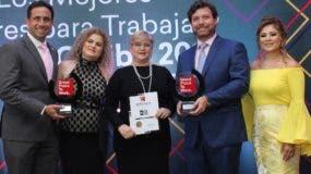 Ejecutivas de la firma   entregan  la distinción  a Guillermo Sicard, Gilda Pastoriza y José Rodríguez.