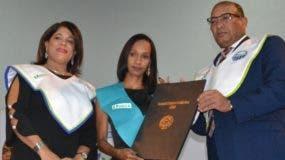 María Ivelisse Herasme y Santo Rodríguez, vicerrectora y rector, respectivamente, entregan los certificados.