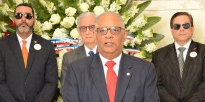 Rafael Pérez Modesto encabezó la comitiva que depositó la ofrenda floral por el Mes de la Patria.