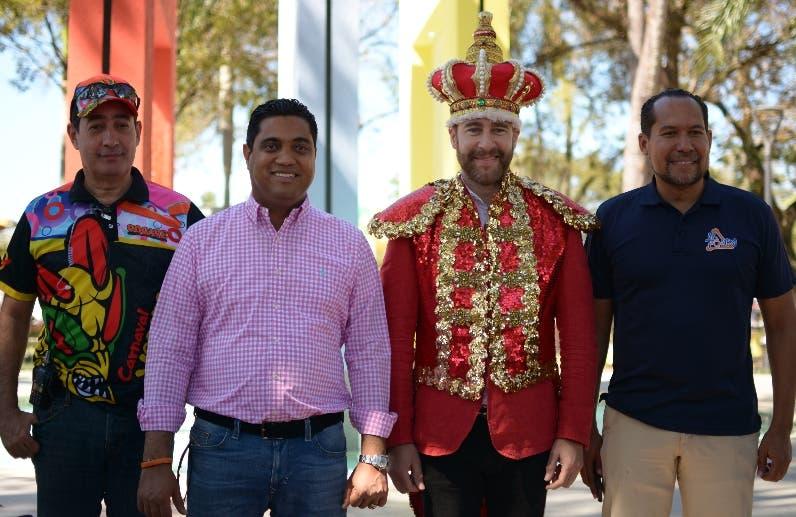 Martín Duquela, Kelvin    Cruz, Carlos de la Mota y Activil Modeste  durante el recorrido en el carnaval.