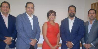 Héctor López, Víctor Atallah,  Maireline  Abreu, Víctor J. Matos y Eduardo Mejía durante el acto de inauguración del centro de salud.  fuente externa