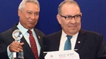 El rector Alfredo de la Cruz recibe el premio.