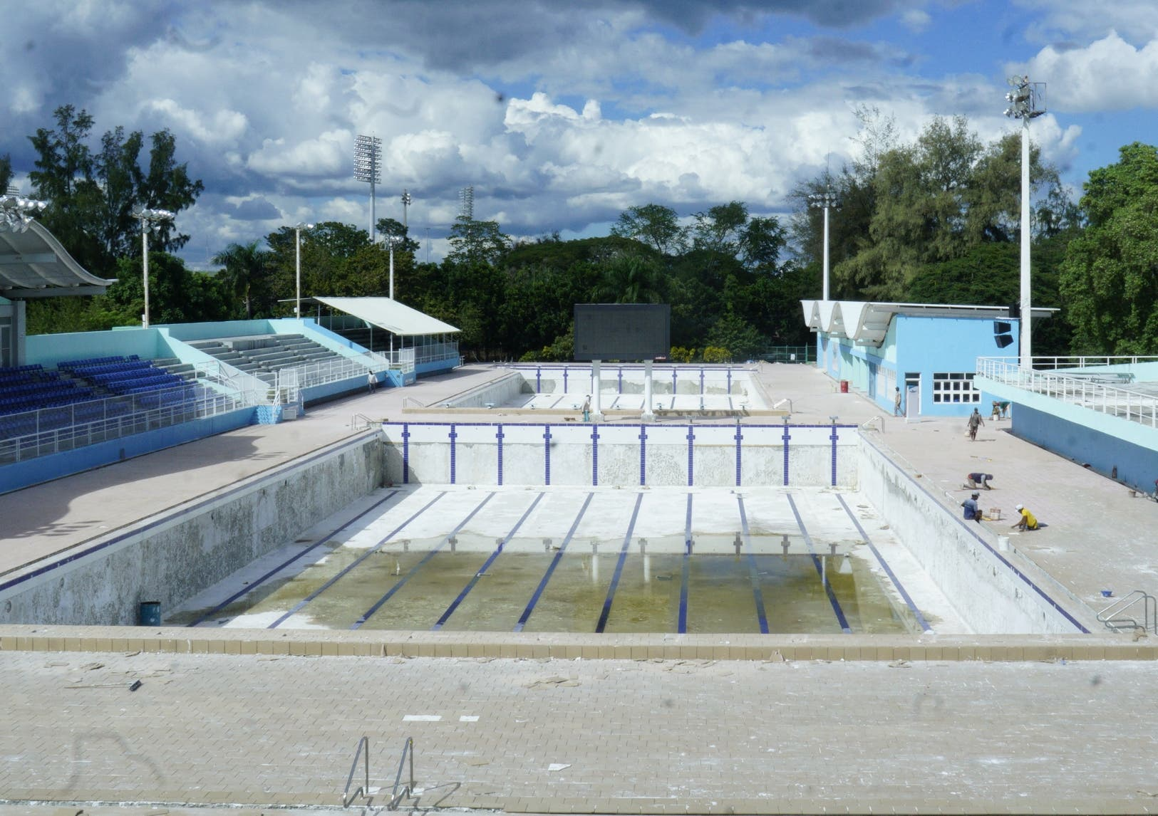 En esta gráfica se observa a  algunos obreros trabajando en la piscina de 50 metros.   Elieser Tapia