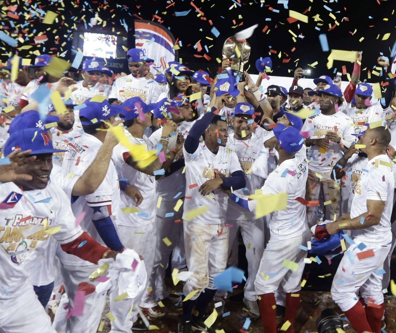 Con gran júbilo, el equipo panameño celebra y muestra el trofeo obtenido ayer al ganar la Serie del Caribe.
