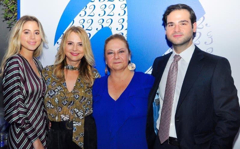 Nuria Piera junto a su familia, en el encuentro que ofreció para festejar sus 32 años.