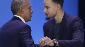 Barack Obama y Stephen Curry durante la actividad de   My Brother's Keeper. AP