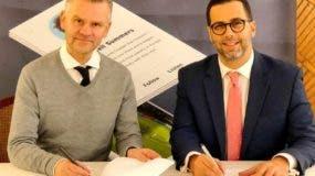 Manuel Luna y Gudjon Gudjonsson  firman el acuerdo.