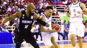 Rigoberto Mendoza, del equipo dominicano, hace ofensiva  marcado por José Vargas de Venezuela.  Alberto Calvo