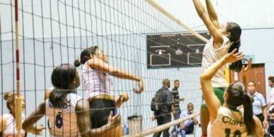 La acción corresponde a uno de los partidos de voleibol.