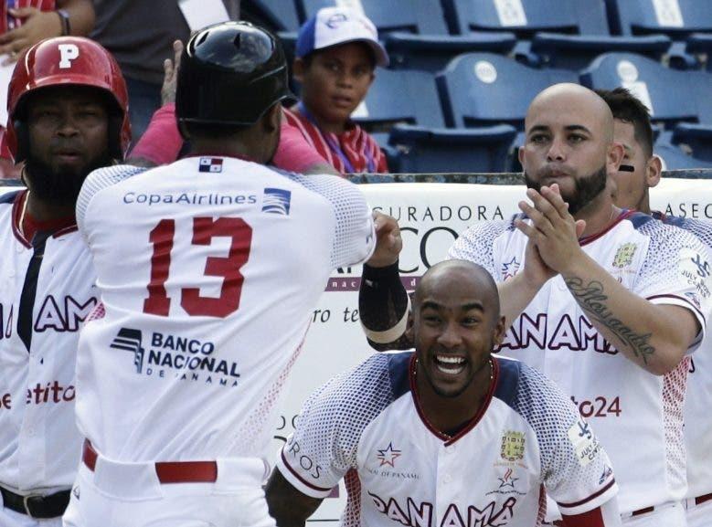 Los panameños celebran en uno de los partidos.
