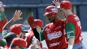 Alonzo Harris, de México, es felicitado luego de anotar.  AP