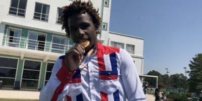 Deury Corniel muestra la medalla ganada Juegos la Juventud.