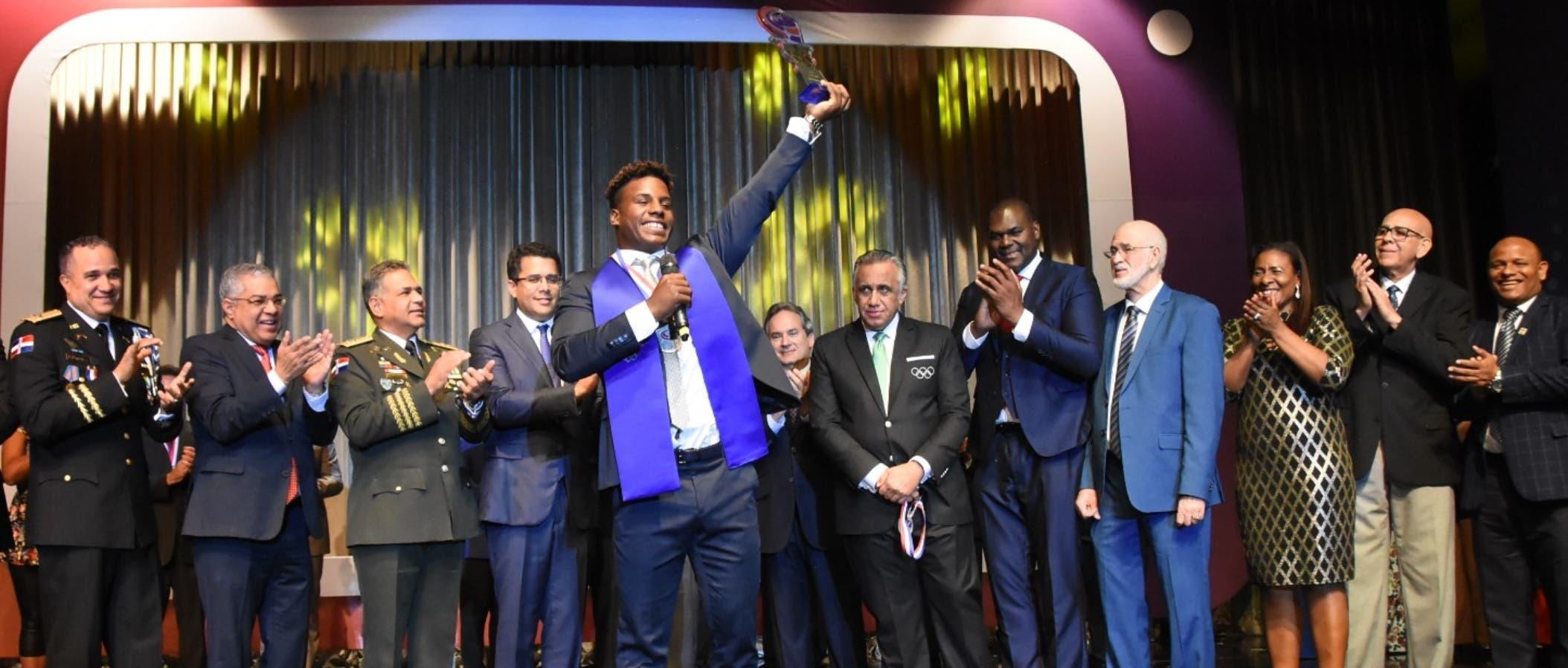 Deury Corniel Javier al momento de recibir de las autoridades deportivas el premio que lo acredita como Atleta del Año 2018.  Alberto Calvo