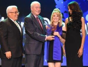 La karateca María Dimitrova recibe su premio.
