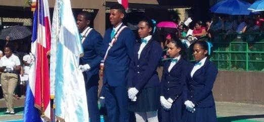 Estudiantes rinden los  honores a la patria en el solemne acto conmemorativo.