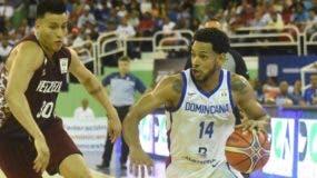 Ronald Ramón avanza con el balón en el partido que República Dominicana le ganó a Venezuela.  Alberto Calvo