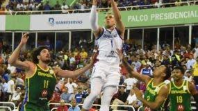 Dagoberto Peña, del equipo dominicano, hace ofensiva ante l a defensa de Brasil durante el partido de anoche.  Alberto calvo