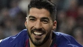 El delantero uruguayo  Luis Suárez anotó dos goles . aP