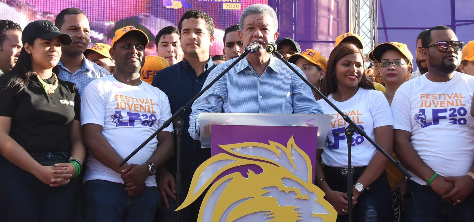 Rostros jóvenes caracterizaron al grupo que acompañó al expresidente Leonel Fernández en la actividad .  Alberto Calvo