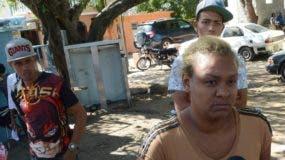 Padre de la víctima observa a la madre mientras ofrecía declaraciones. José de León