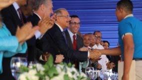 Estudiante de SJM saluda al presidente  Medina. fuente externa