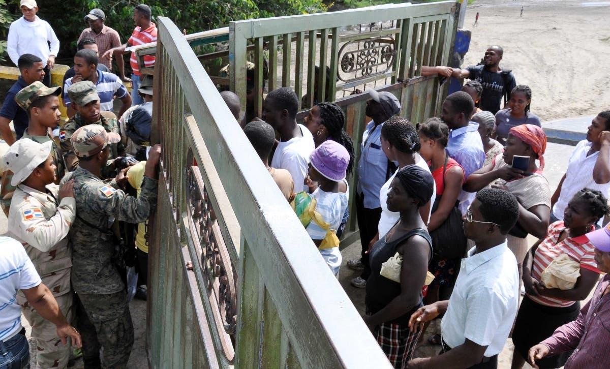 Debido a la escasez de alimentos y combustibles,  flujo haitianos podría aumentar.  Archivo.
