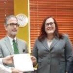 Janet Camilo y  Neney Cabrera entregaron los documentos.