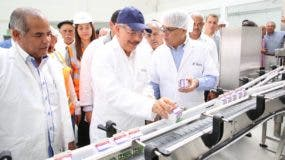 Danilo Medina hizo un recorrido por una planta de lácteos en Hato Mayor.  Fuente externa