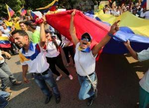 En esta imagen del 12 de febrero de 2019, manifestantes gritan consignas en contra del presidente de Venezuela Nicolás Maduro en Ureña, Venezuela, una localidad ubicada en la frontera con Colombia. Casi tres semanas después de que el gobierno del presidente Donald Trump respaldó un intento por obligar a la salida de Maduro, el asediado mandatario se aferra al poder y desafía los pronósticos de una salida inminente. (AP Foto/Fernando Llano)