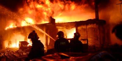 El infierno que se desató anoche en el barrio de Chawkbazar de la capital bangladesí se prolongó durante nueve horas, sin que las autoridades locales hayan podido determinar aún el número definitivo de víctimas o desaparecidos.
