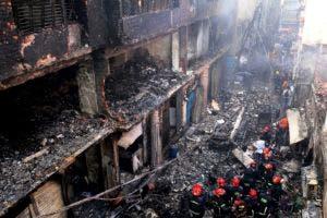 El incendio comenzó a primera hora de la noche del miércoles en un edificio de cinco plantas conocido como Mansión Haji Wahed, en el que se encontraba un almacén de productos de plástico y que horas después de ser arrasado por las llamas empezaba a tambalearse, mientras el fuego se extendía a los edificios adyacentes.