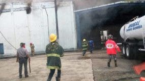 Incendio afecta depósitos de Casa Brugal.