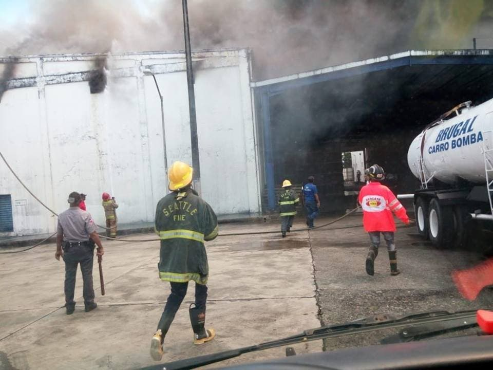Incendio afecta depósitos de Casa Brugal.