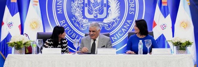 canciller-miguel-vargas-junto-a-la-embajadora-de-argentina-nora-elizabeth-capello-y-la-viceministra-marjorie-espinosa-1