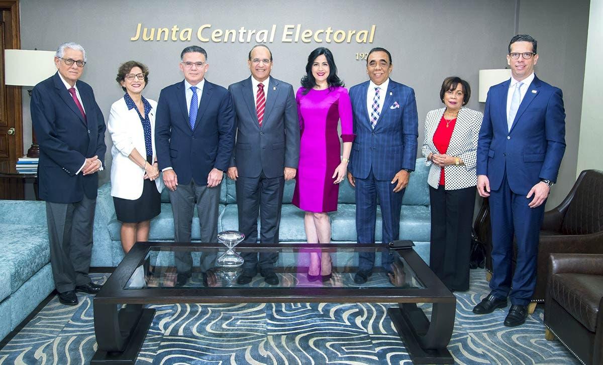 Los miembros del CONEP fueron recibidos por ejecutivos de la JCE.