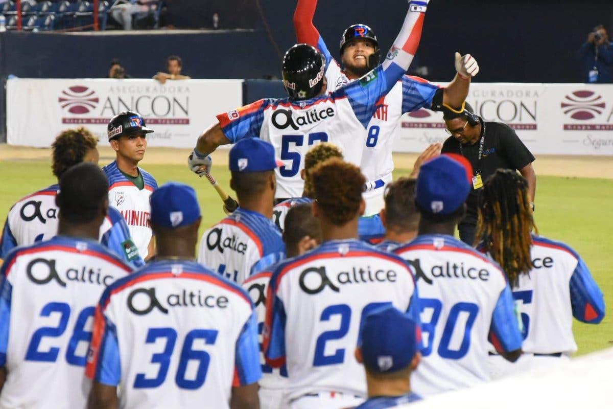 El equipo dominicano celebra tras su triunfo sobre Panamá.