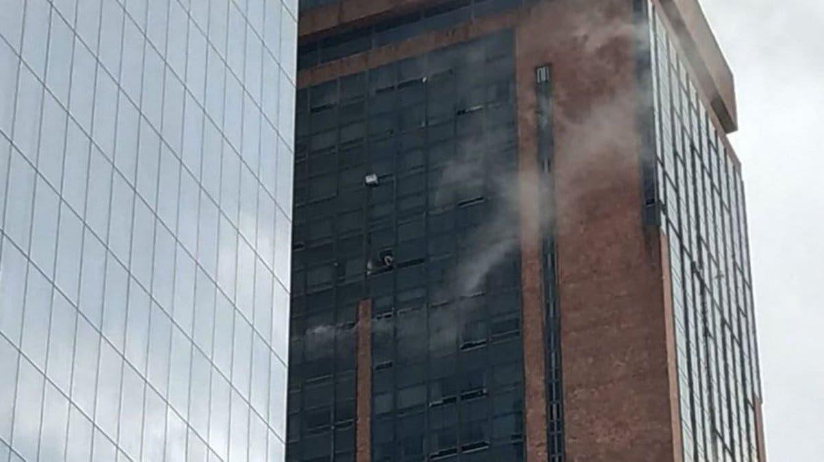 Evacúan por incendio un hotel de 30 pisos en el centro de Buenos Aires