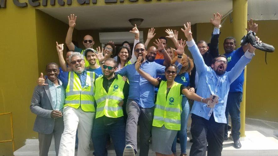 Miembros de El País que Queremos frente a la Junta Central Electoral.
