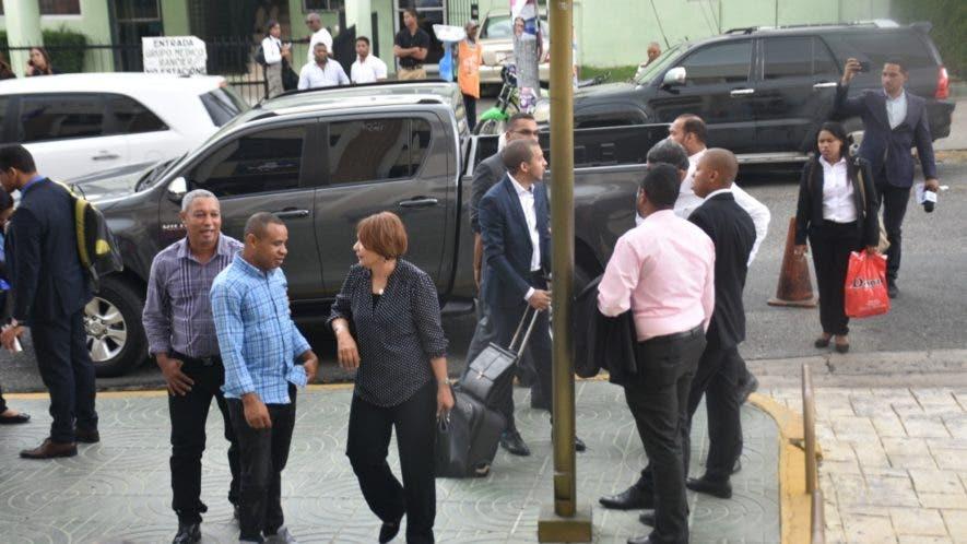 Personal del Palacio de Justicia de Ciudad Nueva fuera del edificio tras la falsa alarma.