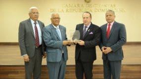 El presidente de la Cámara de Cuentas, Hugo Álvarez Pérez; el vicepresidente, Pedro Ortiz y Carlos Tejada, entregan placa de reconocimiento a Rafael Pérez Modesto.