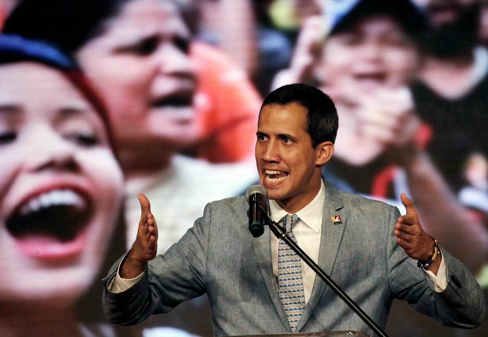 """Guaidó dijo que una red de voluntarios irá a las fronteras para abrir ese """"canal humanitario""""."""