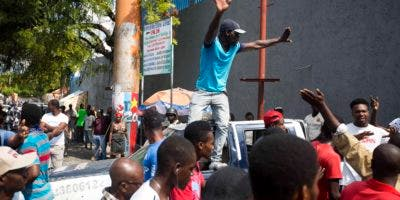 Los manifestantes protestan por la alta inflación y el fracaso del gobierno en enjuiciar a los responsables de un desfalco con dinero del petróleo venezolano subsidiado a Haití.  Foto de archivo