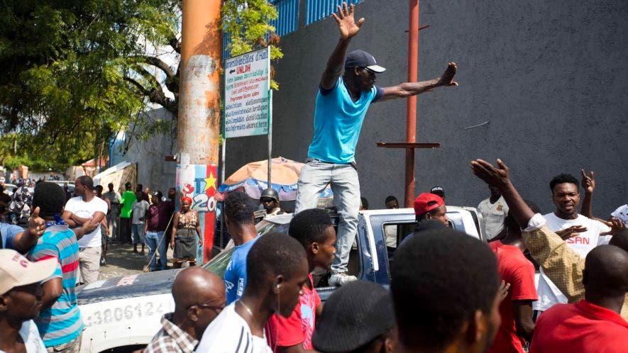 Los manifestantes protestan por la alta inflación y el fracaso del gobierno en enjuiciar a los responsables de un desfalco con dinero del petróleo venezolano subsidiado a Haití.