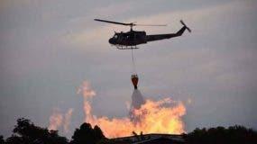 incendio-en-depositos-de-brugal-se-resiste-a-ser-sofocado-unidades-de-bomberos-y-helicopteros-continuan-labores-extincion-de-las-llamas