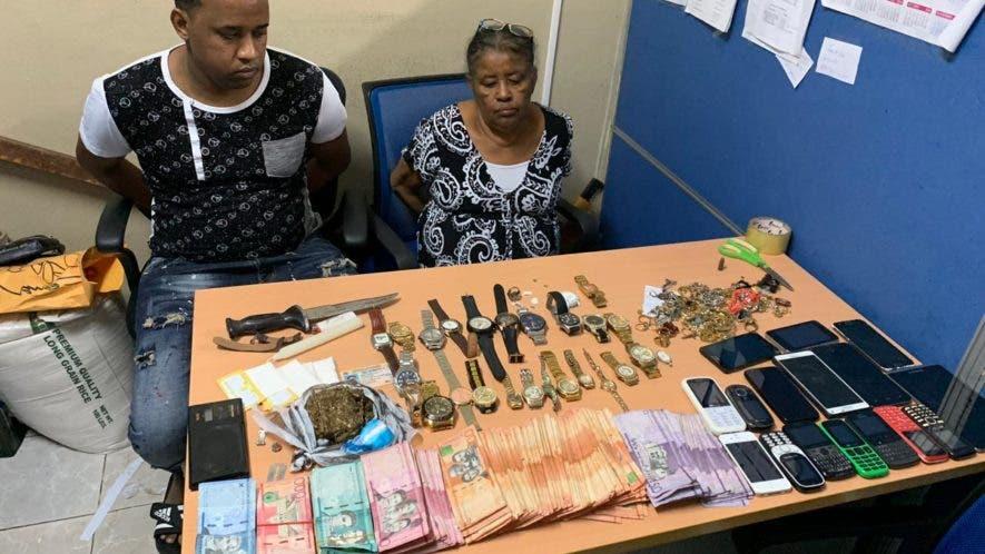 Reina Pérez Morena, de 60 años, y Kelvin Ramírez Pérez,  de 30, junto a parte de la droga y el dinero que les fueron decomisados por la Dican.